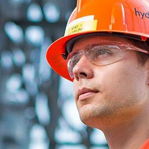 Photo of a Hydro One worker in a hard hat